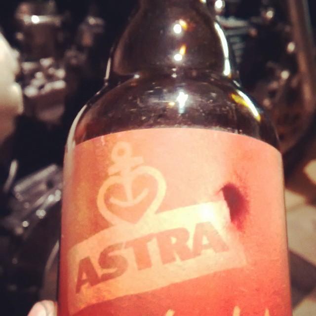 bier trinken beim motorrad umbauen